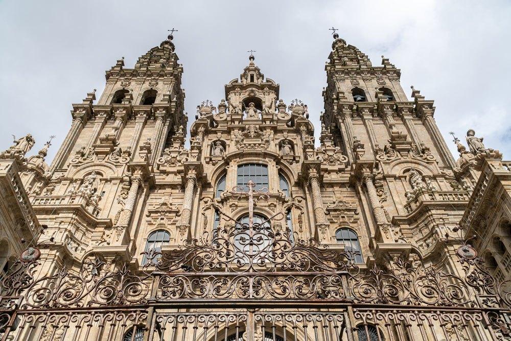 Fachada principal de la Catedral de Santiago de Compostela. Desde la plaza del Obradoiro, se ven las torres de la catedral con la piedra limpia.